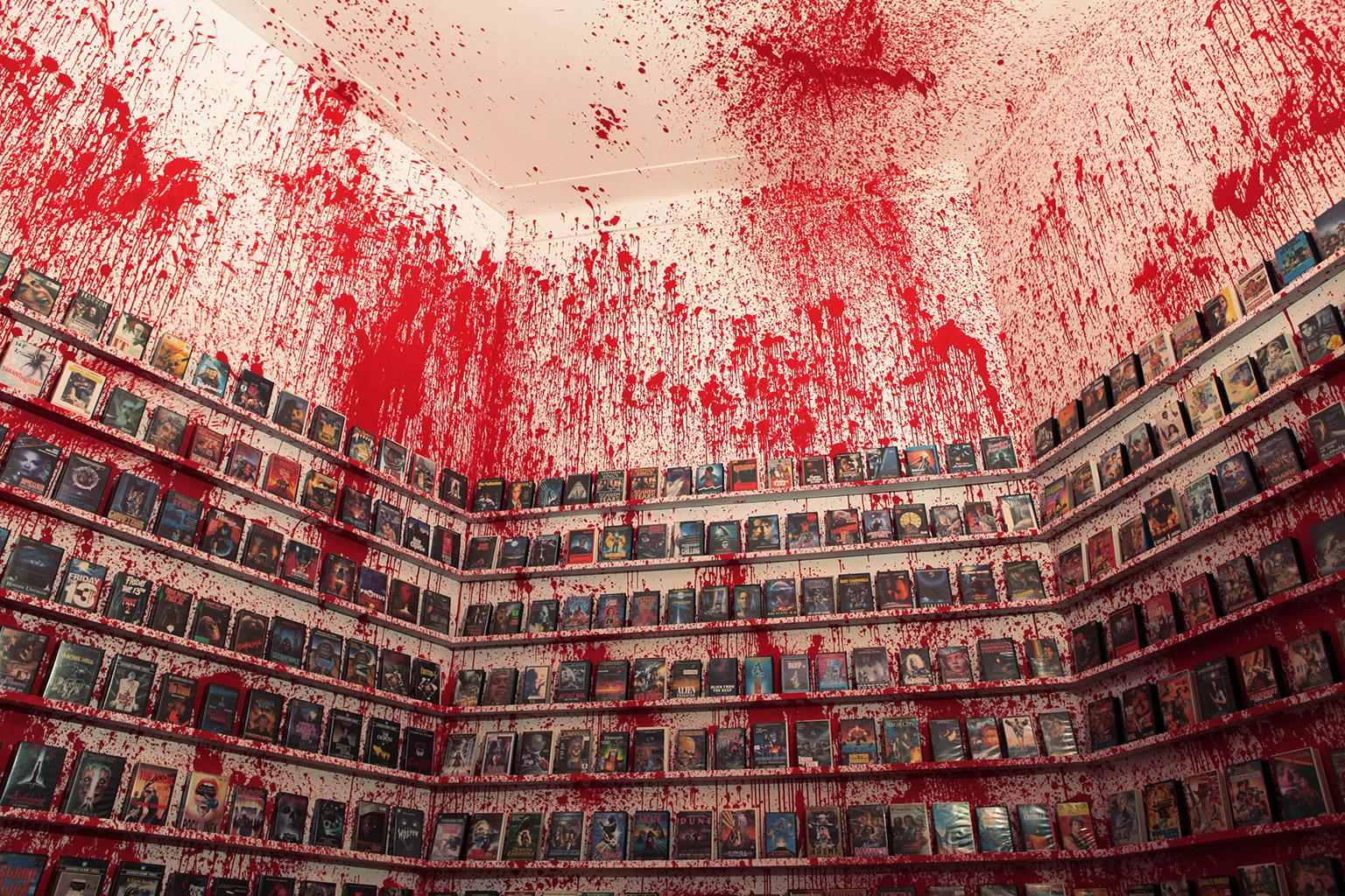 """Maurycy Gomulicki """"VHS Hell"""" (część wystawy """"Schizma – sztuka polska lat dziewięćdziesiątych"""", Zamek Ujazdowski, kurator: Adam Mazur), fot. Maurycy Gomulicki."""