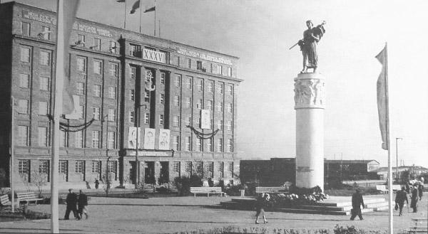 """Pomnik Braterstwa Polsko-Radzieckiego, zwany przez gdynian """"Nataszą"""" znajdował się na Skwerze Kościuszki od 1953 do 1990 roku. Obecnie znajduje się on na Cmentarzu Obrońców Wybrzeża w Gdyni-Redłowie. Źródło: http://www.gdynia.info.pl/historia/z33.html"""